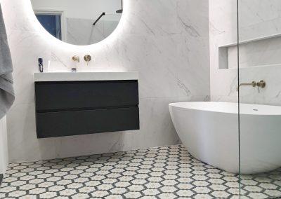 Badkamer Marmeren wandtegels en Hexagon vloer
